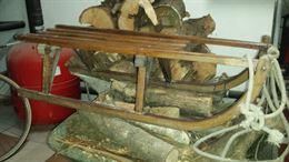 Vecchio slittino da neve in legno